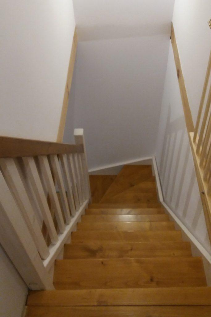 Bystrý smrkové schody do L realizace dvoubarevné shora