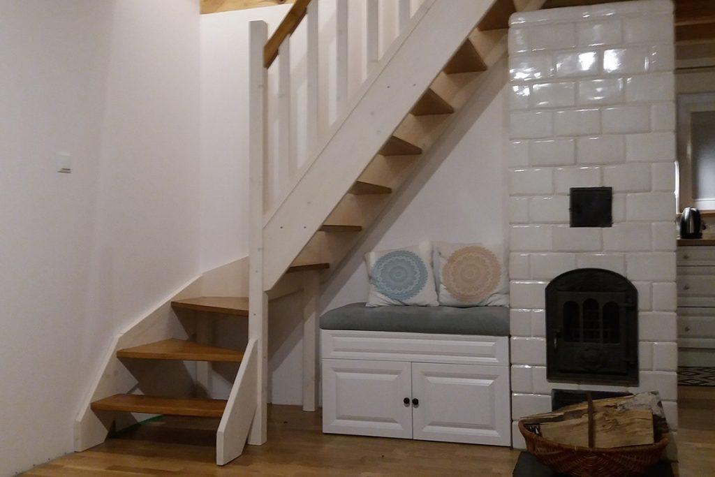 Bystrý smrkové schody do L realizace dvoubarevné zboku