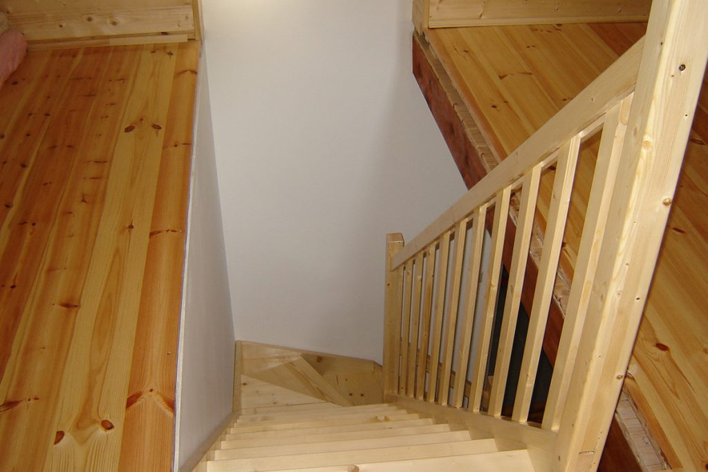 Bystrý smrkové schody do L realizace bezbarvý lak světlé shora