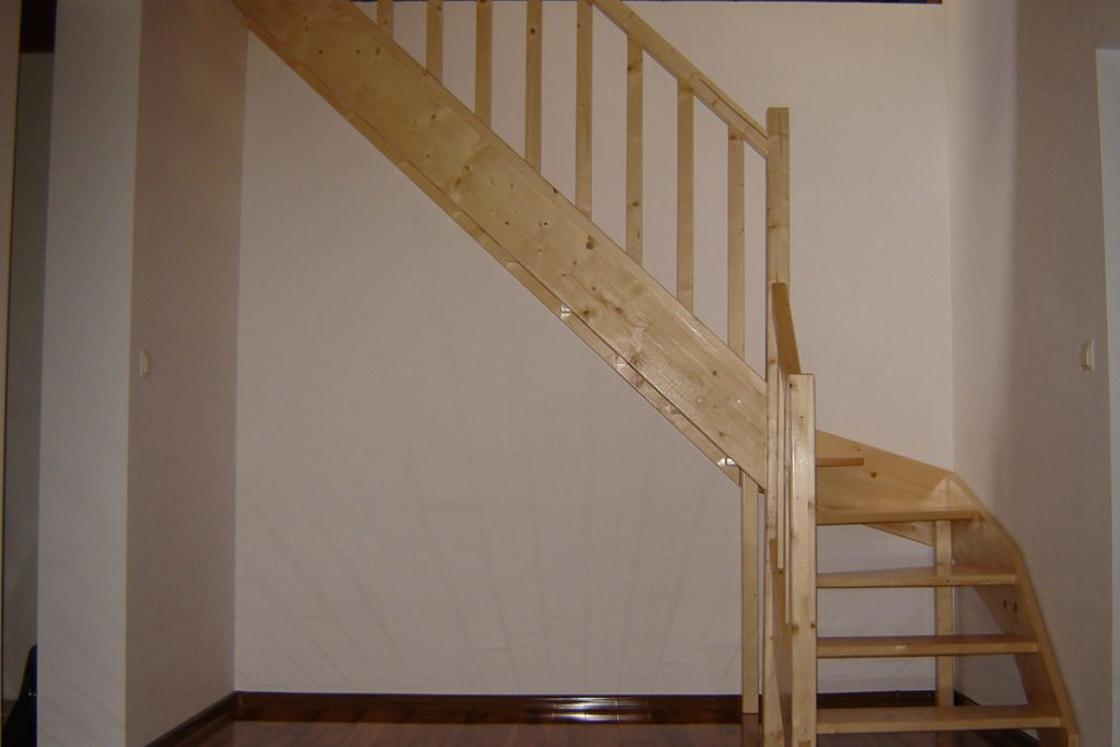 Bystrý smrkové schody do L realizace bezbarvý lak světlé zboku