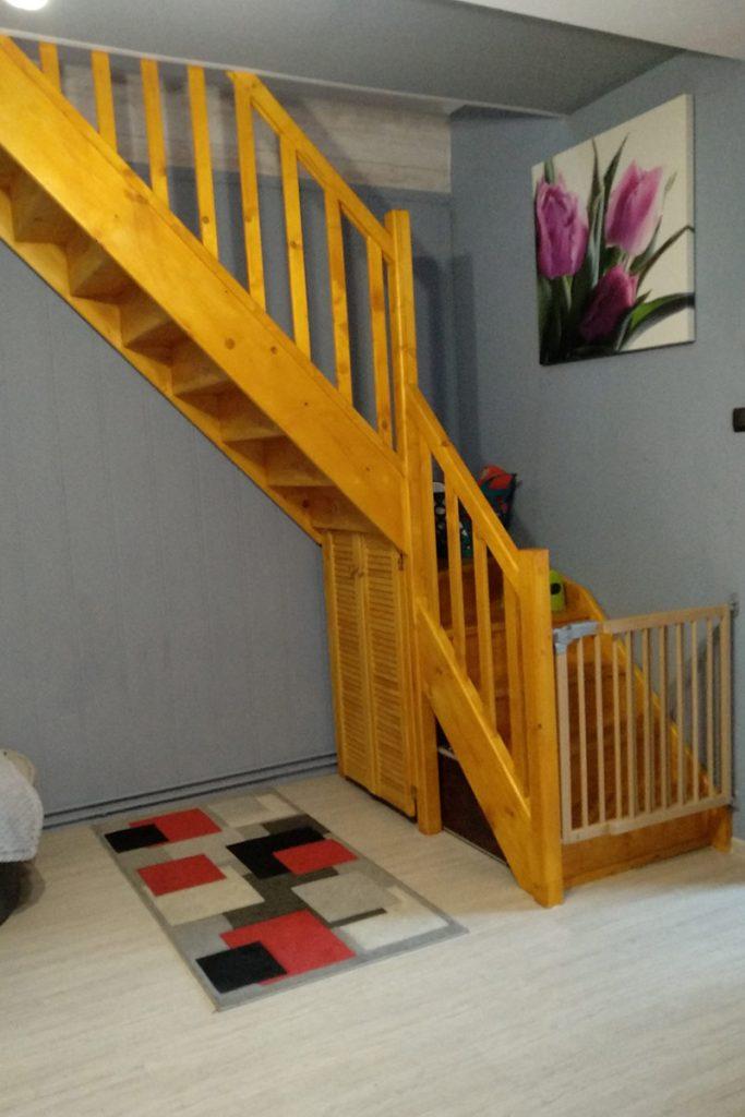 Bystrý smrkové schody do L realizace s dětskou brankou zboku