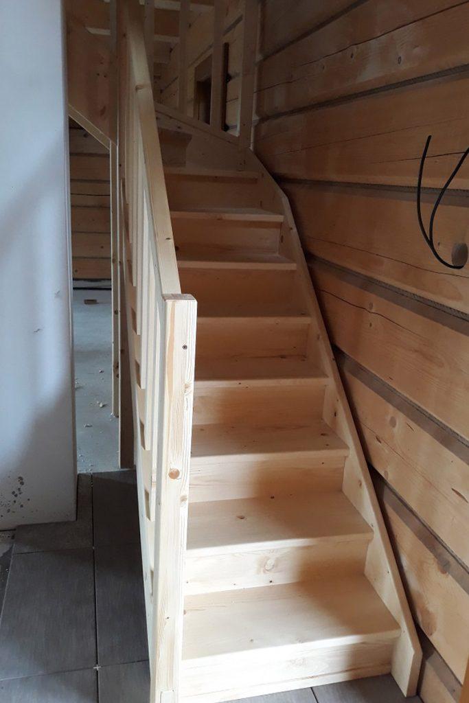 Bystrý smrkové schody do L realizace bezbarvý lak úzké pohled zdola