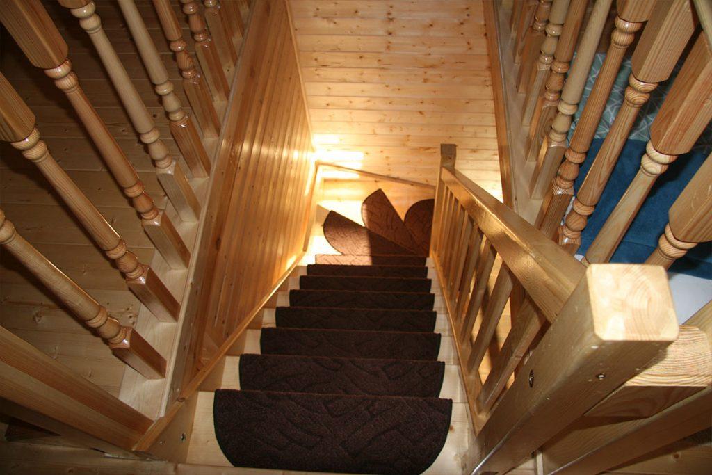 Bystrý smrkové schody do L realizace světlý lak pohled shora