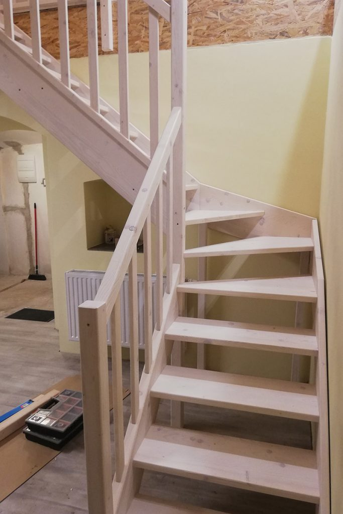 Bystrý smrkové schody do L realizace bezbarvý lak pohled zdola