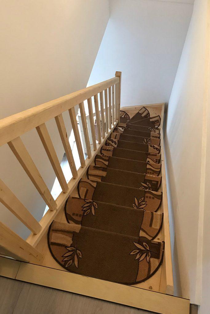 Bystrý smrkové schody do L realizace bezbarvý lak úzké shora