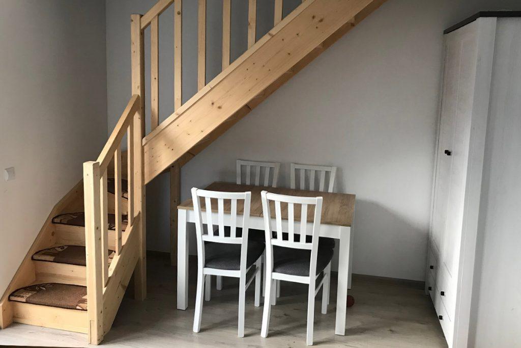 Bystrý smrkové schody do L realizace bezbarvý lak úzké zboku