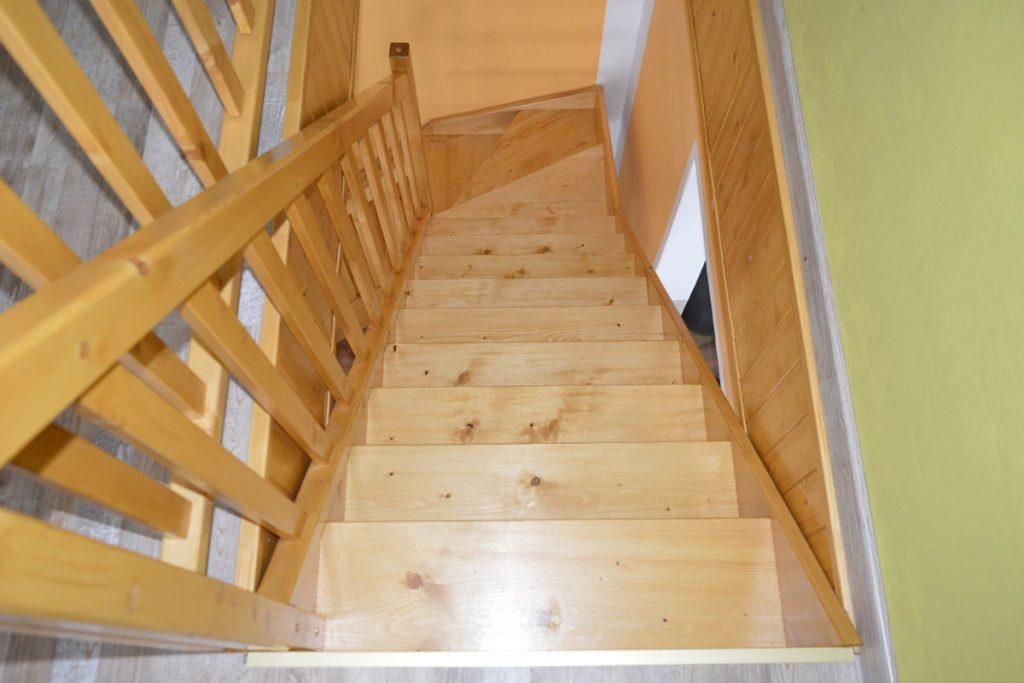 Bystrý smrkové schody do L realizace bezbarvý lak shora
