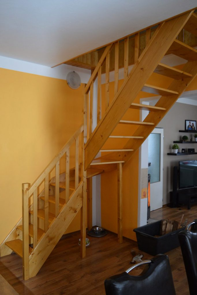 Bystrý smrkové schody do L realizace bezbarvý lak zboku