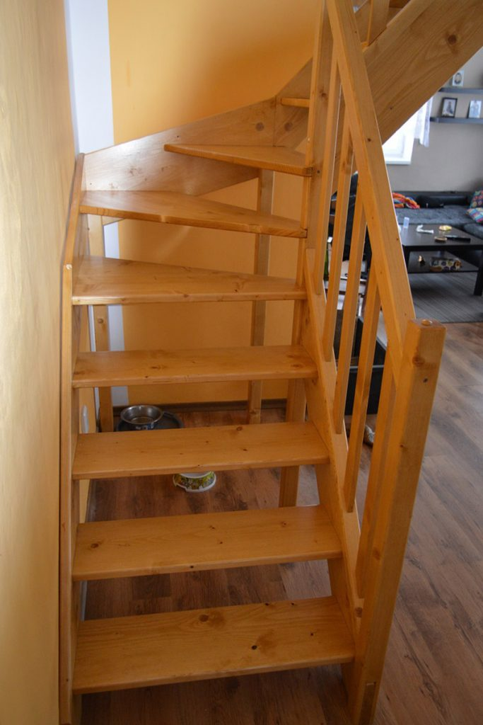Bystrý smrkové schody do L realizace bezbarvý lak zdola