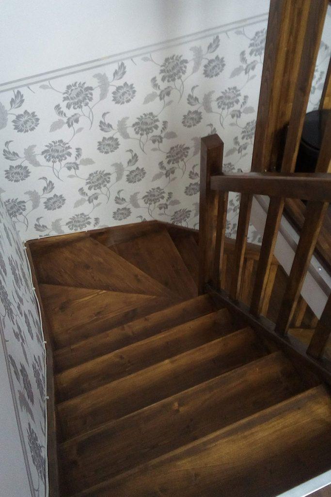 Bystrý smrkové schody do L realizace tmavý lak pohled shora