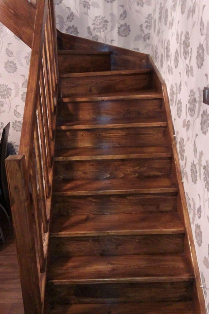 Bystrý smrkové schody do L realizace tmavý lak pohled zdola