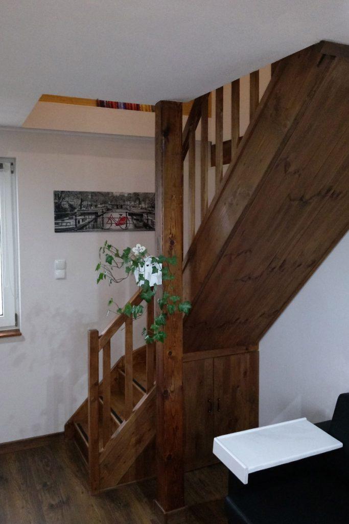 Bystrý smrkové schody do L realizace tmavý lak pod schodištěm