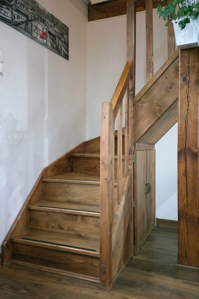 Bystrý smrkové schody do L realizace tmavý lak zdola