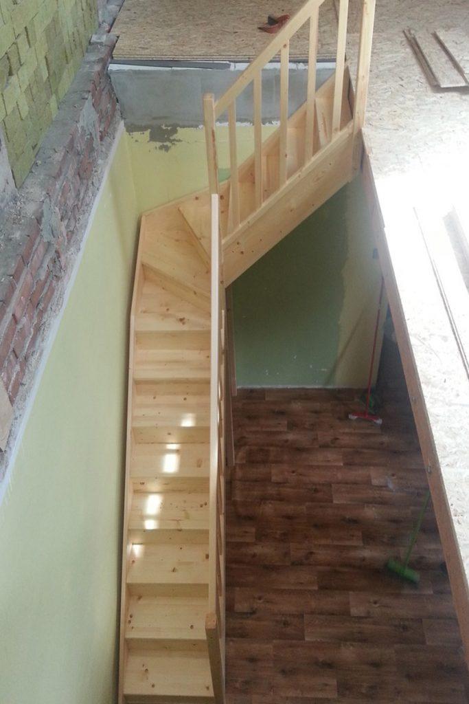 Bystrý smrkové schody do L realizace z patra
