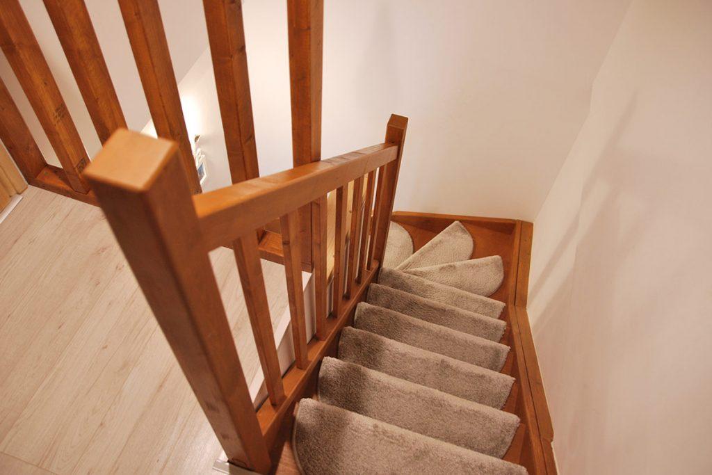Bystrý smrkové schody do U realizace s koberečky shora