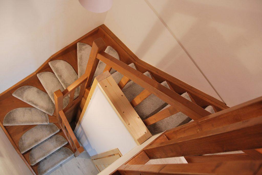 Bystrý smrkové schody do U realizace s koberečky z patra