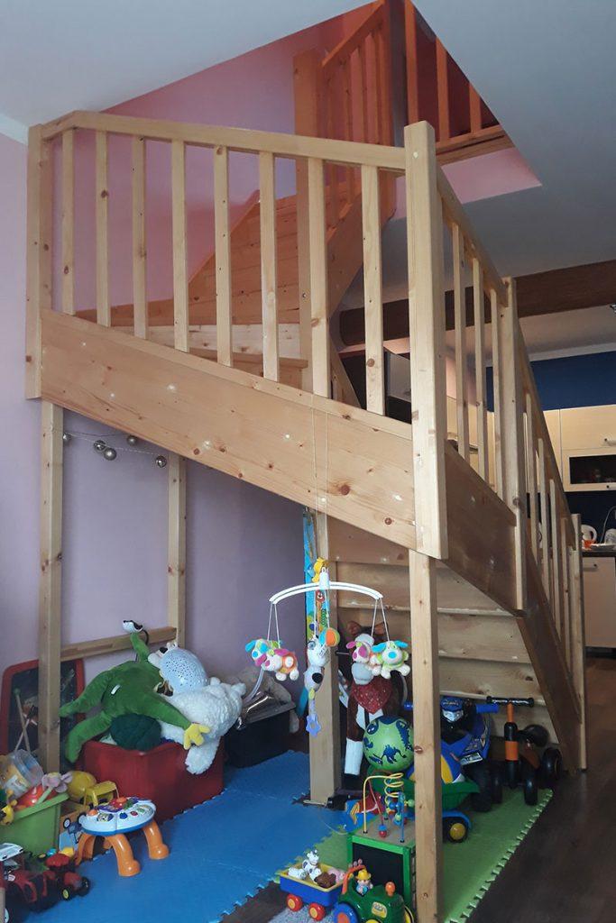 Bystrý smrkové schody do U realizace bezbarvý lak s vrátky zboku