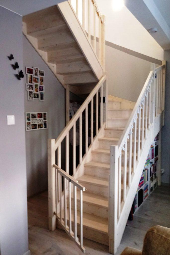 Bystrý smrkové schody do U realizace bezbarvý lak s vrátky zdola