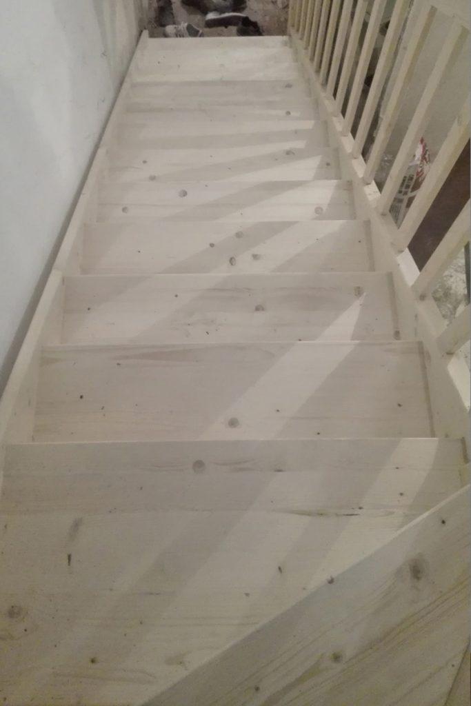 Bystrý smrkové schody do U realizace bez podstupnice pohled shora