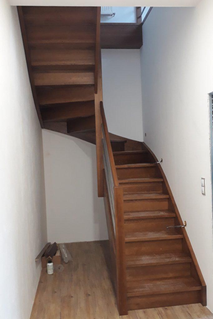 Bystrý smrkové schody do U realizace hnědý lak zdola