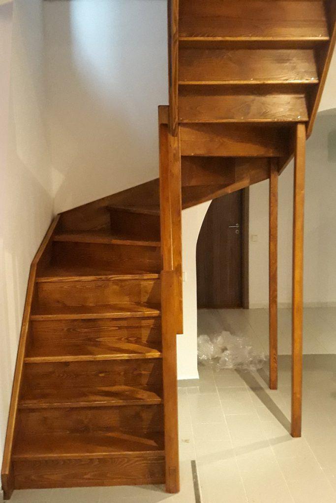Bystrý smrkové schody do U realizace hnědý lak pohled zdola