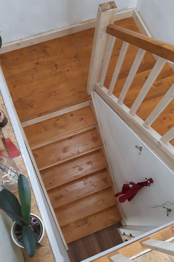 Bystrý smrkové schody do U realizace světlé dvoubarevný lak z patra