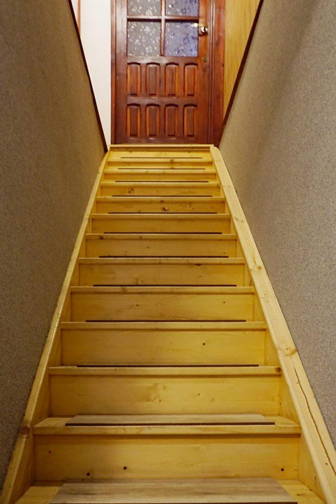 Bystrý smrkové schody rovné světlý lak realizace pohled zdola