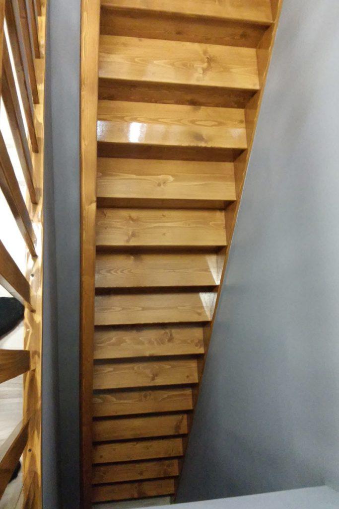 Bystrý smrkové schody rovné světlý lak realizace pohled shora