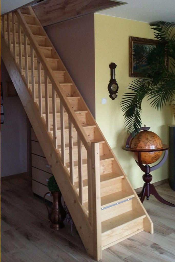 Bystrý smrkové schody rovné světlé realizace bezbarvý lak zboku