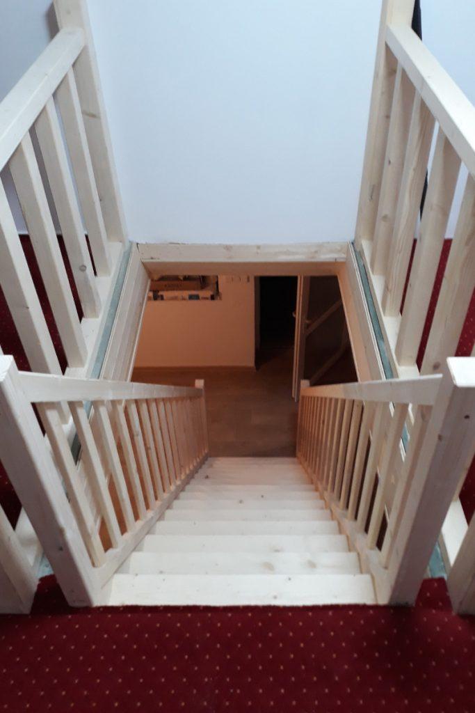 Bystrý smrkové schody rovné světlé realizace bezbarvý lak shora