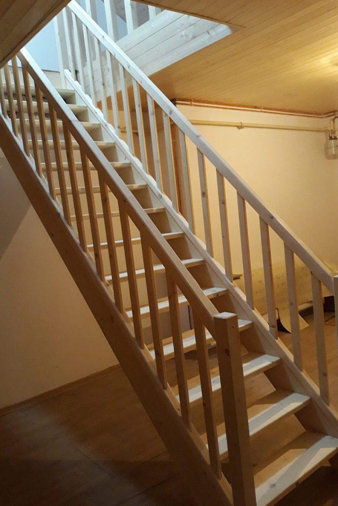 Bystrý smrkové schody rovné realizace bezbarvý lak zdola