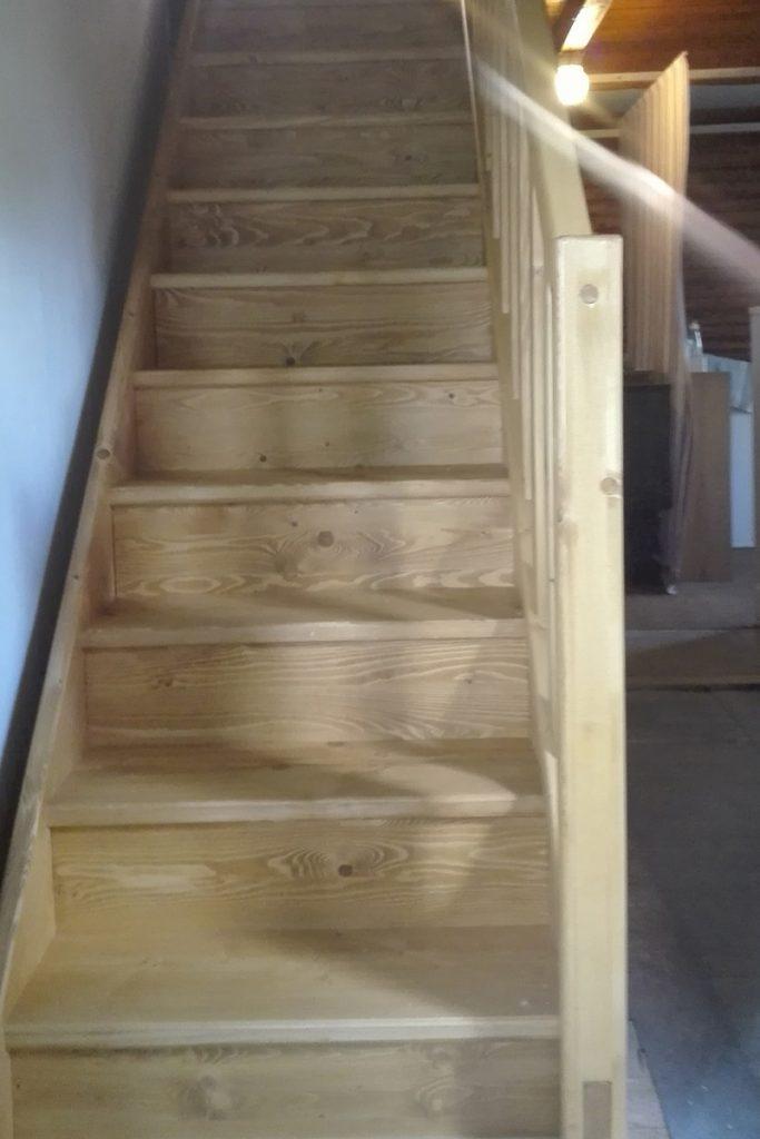 Bystrý smrkové schody rovné realizace světlé zdola