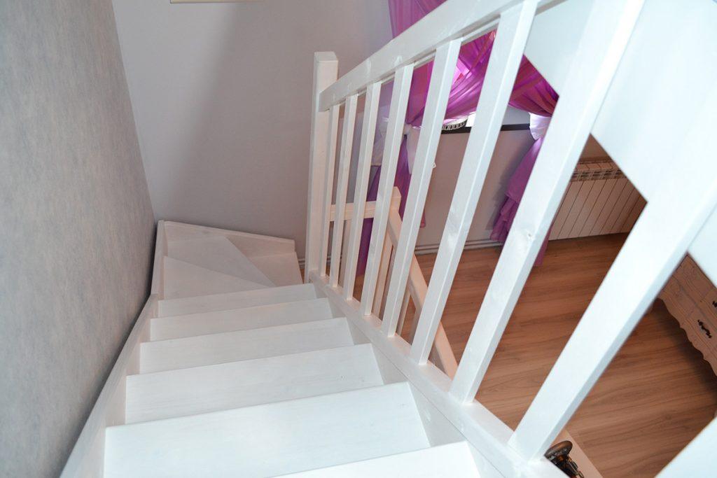 Bystrý smrkové schody s dolním lomením bílý lak realizace shora