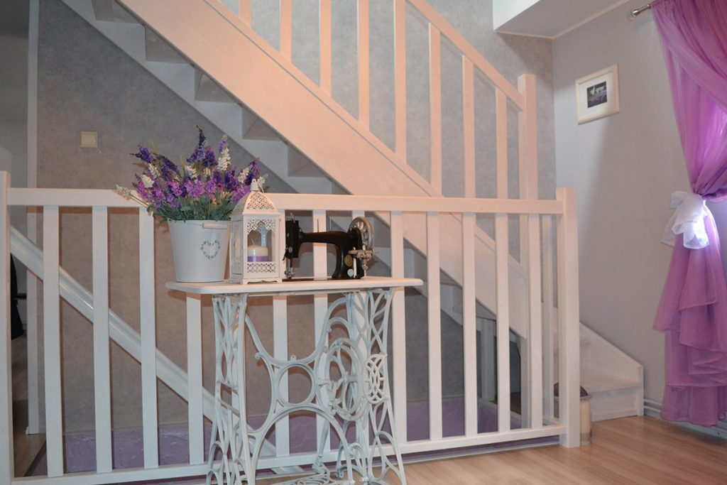 Bystrý smrkové schody s dolním lomením bílý lak realizace mezipatro