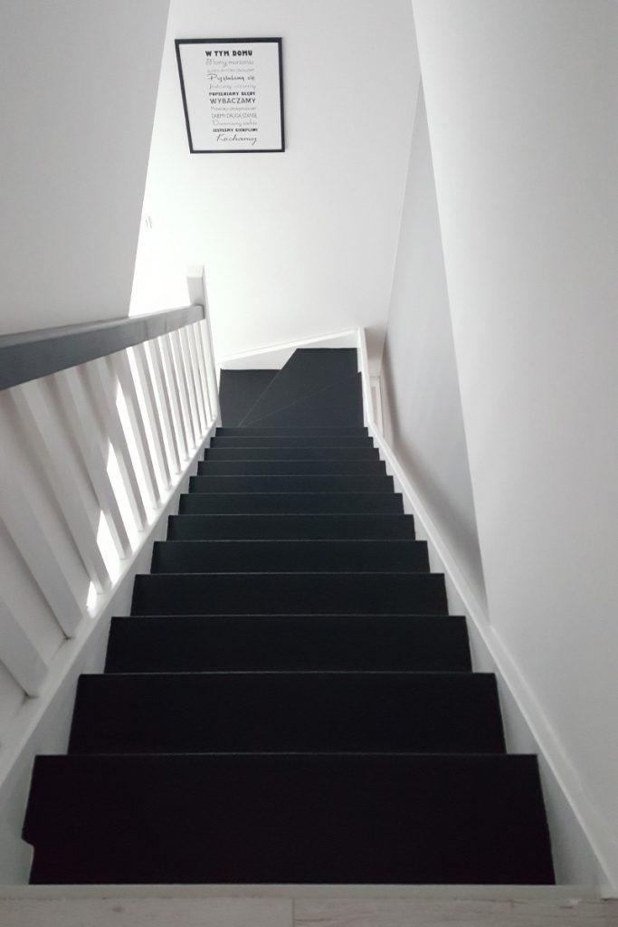 Bystrý smrkové schody s dolním lomením dvoubarevné černá a bílá realizace shora