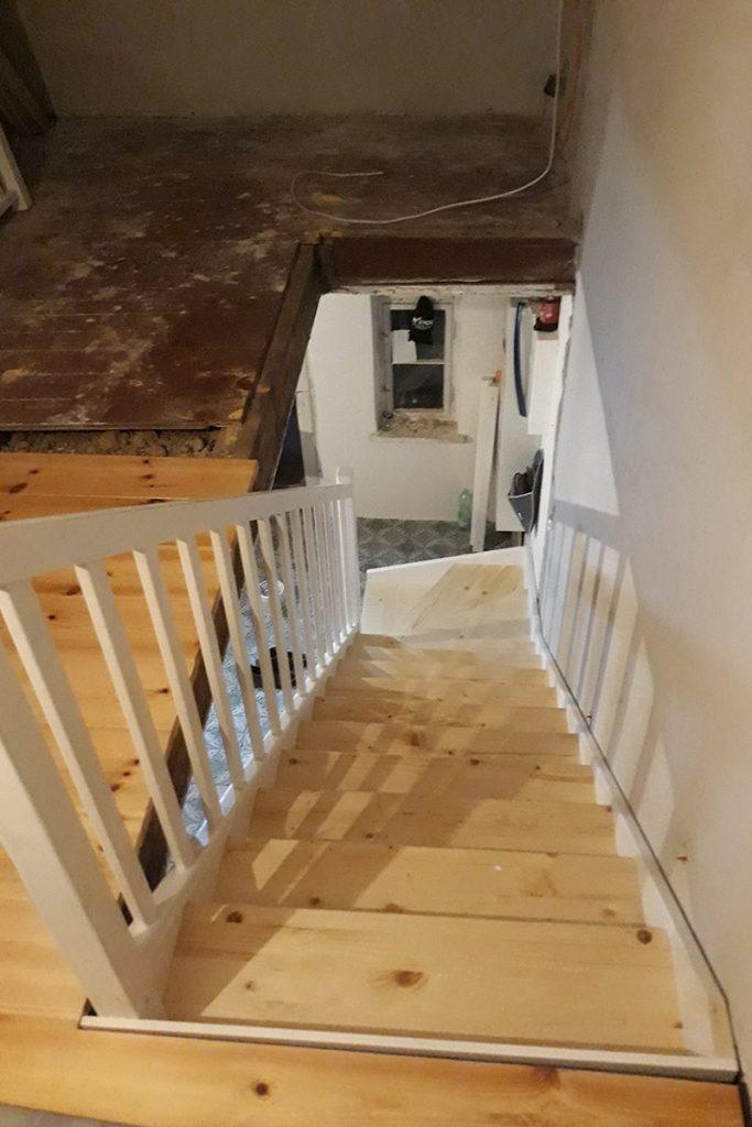 Bystrý smrkové schody s dolním lomením realizace shora