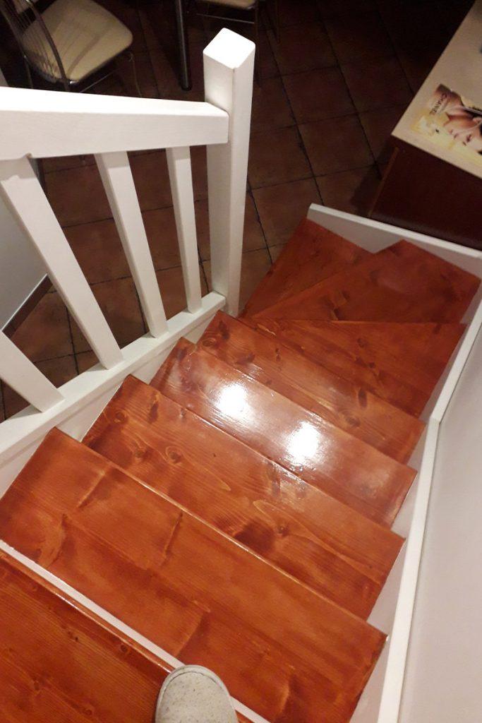 Bystrý smrkové schody s dolním lomením dvoubarevné tmavé realizace