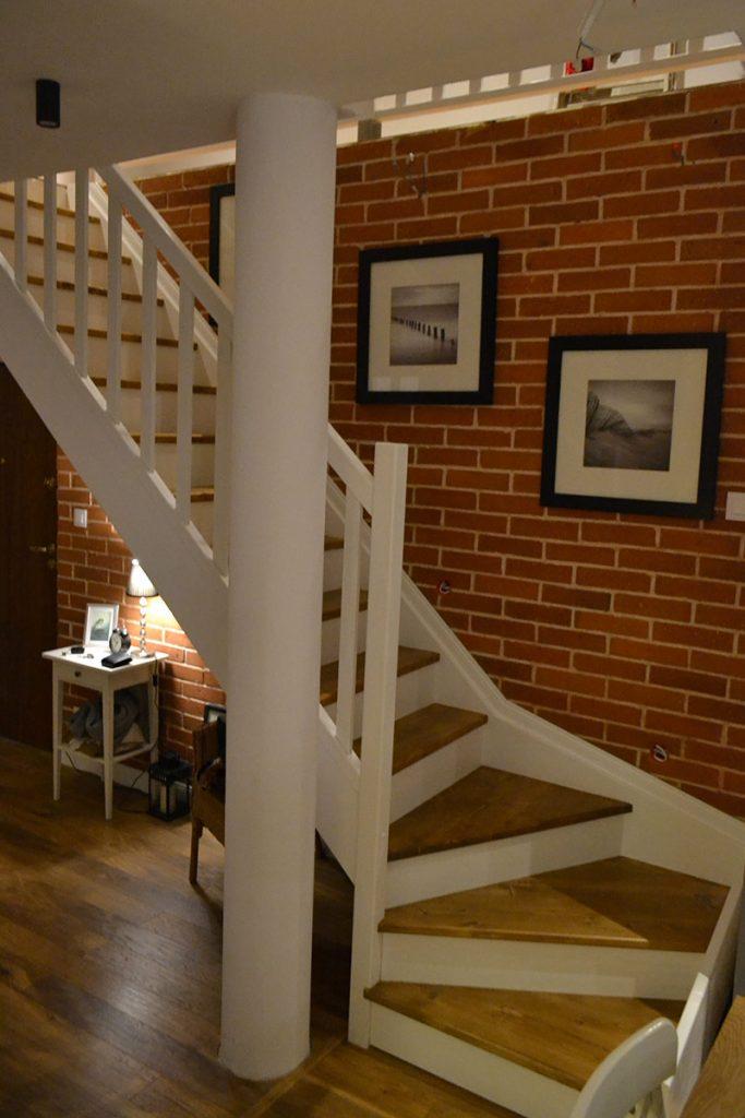 Bystrý smrkové schody s dolním lomením dvoubarevné světlé realizace pohled zboku
