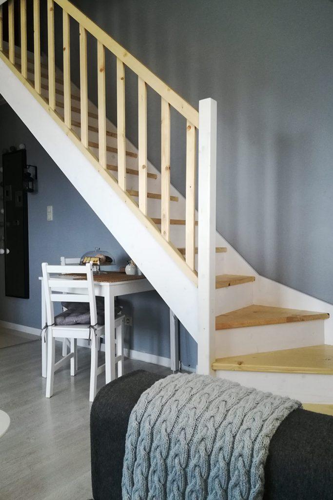 Bystrý smrkové schody s dolním lomením dvoubarevné světlé realizace zdola