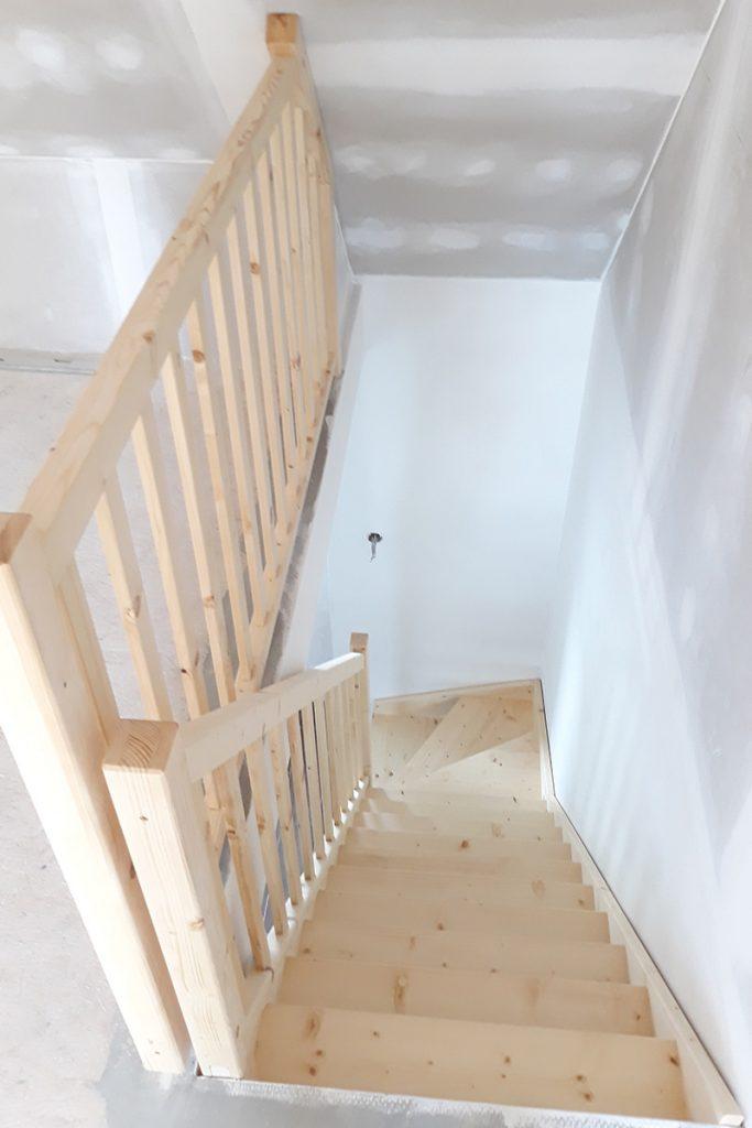 Bystrý smrkové schody s dolním lomením bezbarvý lak realizace shora