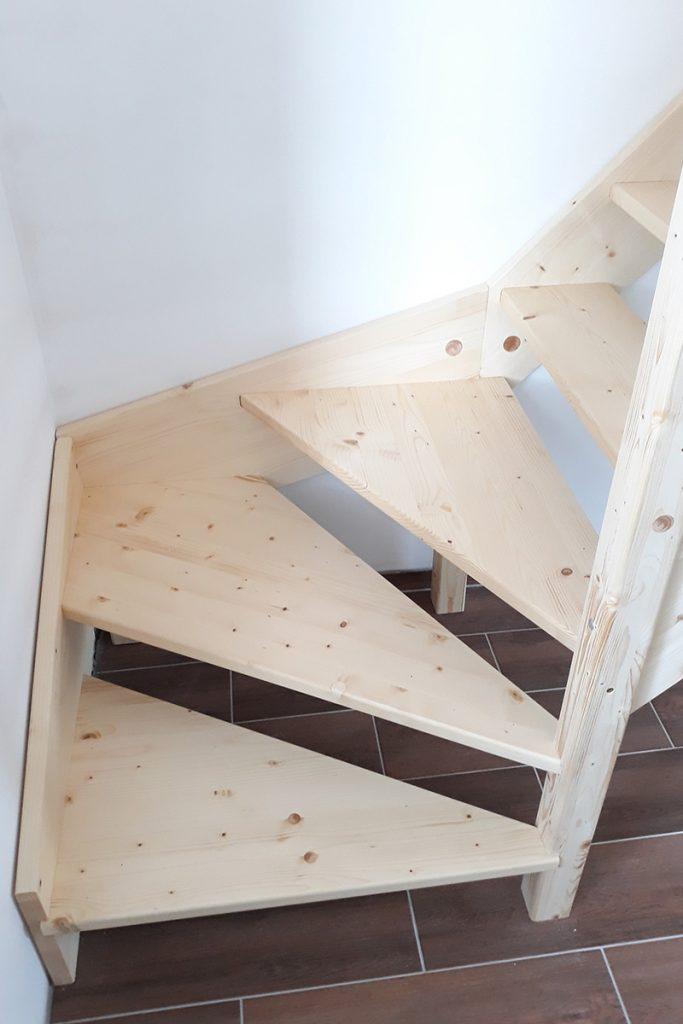 Bystrý smrkové schody s dolním lomením bezbarvý lak realizace detail