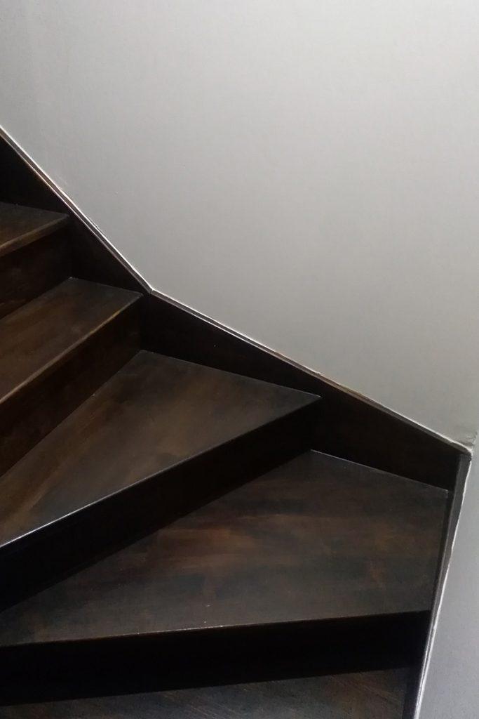 Bystrý smrkové schody s dolním lomením tmavě hnědý lak realizace detail
