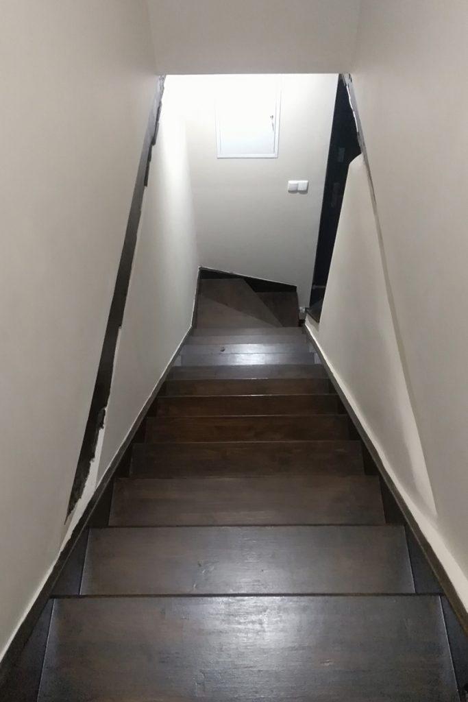 Bystrý smrkové schody s dolním lomením tmavě hnědý lak realizace shora