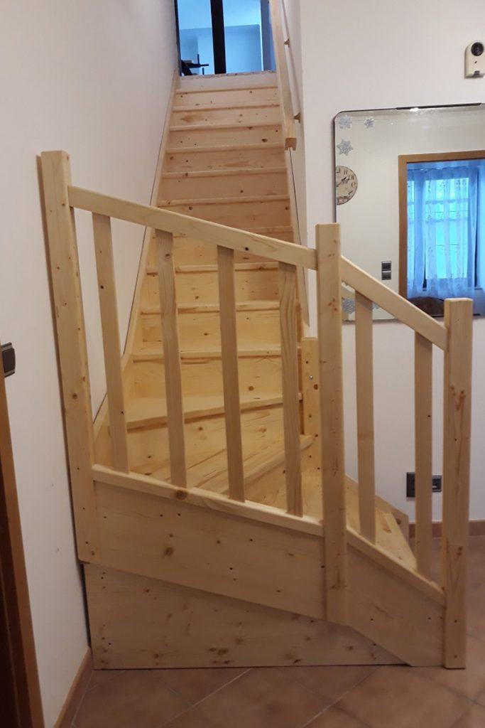 Bystrý smrkové schody s dolním lomením bezbarvý lak realizace zdola detail