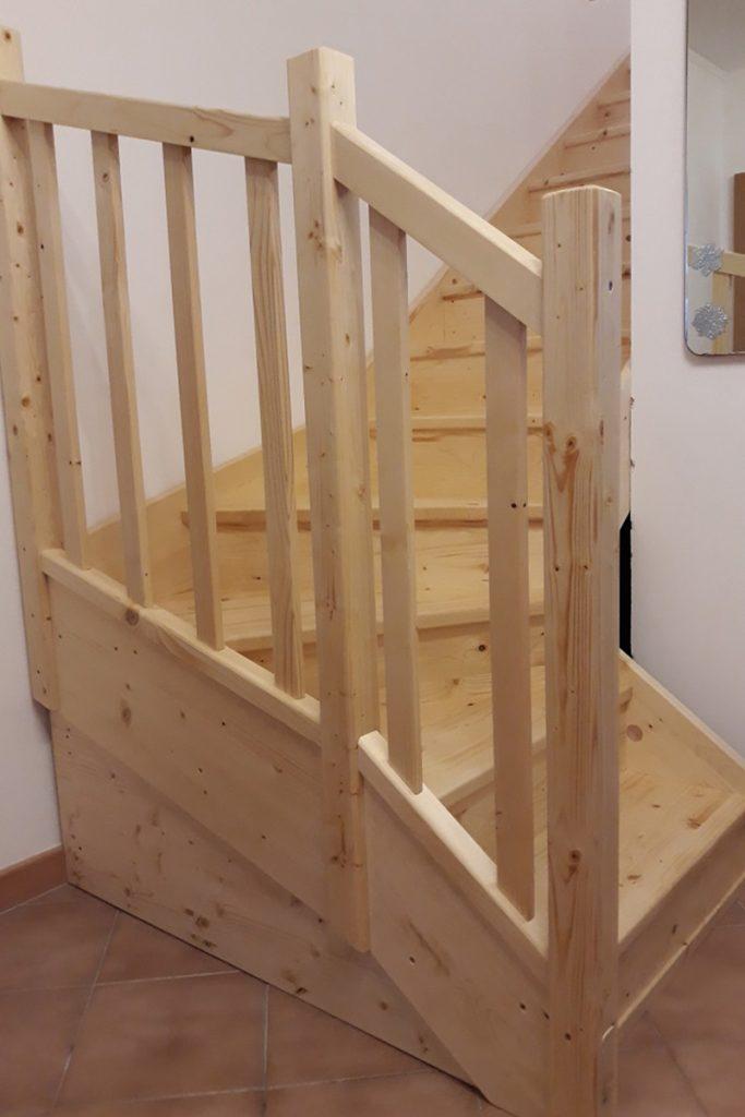 Bystrý smrkové schody s dolním lomením bezbarvý lak realizace zdola